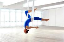 Красивая фигура в полете – новый вид воздушной йоги на гамаках